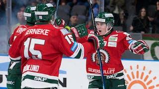 Oliwer Fjellström sträcker ut armarna för att krama två lagkamrater.