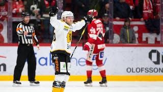 Skellefteå-spelare i vit tröja jublar efter mål. I bakgrunden syns en domare och en Timrå-spelare i röd tröja