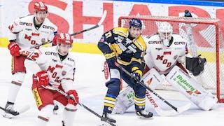 Tobias Ericsson, Victor Öhman och Linus Lundin försvarar för MODO mot Södertälje.