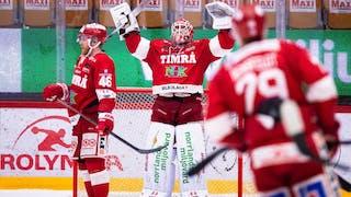 Timrås målvakt sträcker armarna i luften och jublar efter segern mot Malmö