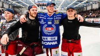 Matchhjälten Joakim Thelin i mitten kramas om av glada lagkamrater utan matchtröjor