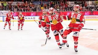Glada Mora-spelare i röda dräkter jublar inför hemmafansen efter seger mot Leksand
