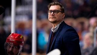 Björn Hellkvist sammanbiten i MODO-båset