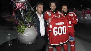 Oscar Hedman uppmärksammades för 600 matcher den förra säsongen. Per Svartvadet, till vänster, och Tobias Enström, till höger, gratulerade.
